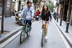 para jadaca na rowerze przez miasto