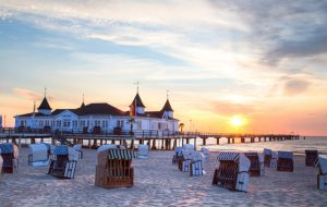 hotel na plaży przy brzegu morza