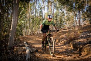 mężczyzna jeżdżący na rowerze po lesie
